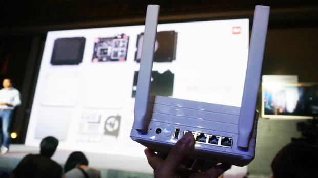 小米介绍称,小米路由器2采用的是外置 2X2 PCB 阵列天线,相比传统金属天线,这项升级让信号翻了足有一倍之多;弱信号下 2.4G WiFi性能提升100%;5G WiFi提升30%;美国博通Broadcom 4709C 双核1.4GHz处理器,性能提升40%。并且,小米路由器2支持穿墙模式,雷军表示它更安全、健康,市面上销售的一些暴力穿墙王都是对身体有害的。
